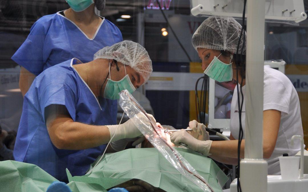 Fogászati implantációs kezelés egy ÜVEGKALITKÁBAN! Na, ilyet is ritkán látni!